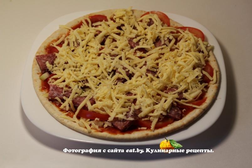 Рецепты пиццы с колбасой и сыром и помидорами и яйцом