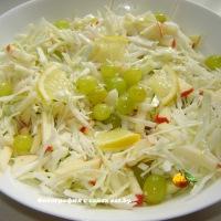 Салат с капустой, яблоком и виноградом