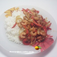 Креветки со сладким перцем и рисом