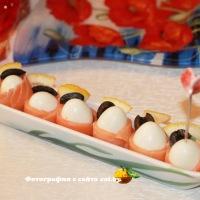 Перепелиные яйца, завернутые в семгу