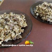Грибы со сметаной и яйцом