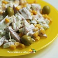 Салат с ветчиной и оливками