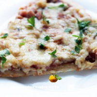 Пицца с помидорами, шампиньонами и ветчиной
