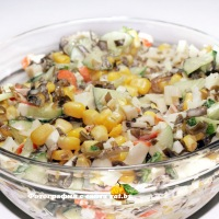 Салат с крабовыми палочками, огурцом и морской капустой