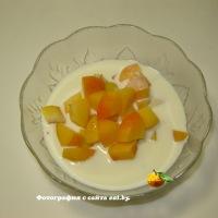 Салат с абрикосом и взбитыми сливками