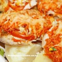 Куриные отбивные с морковью, луком и помидорами