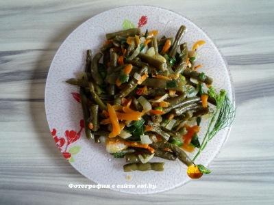 Жареная спаржевая фасоль с луком и морковью