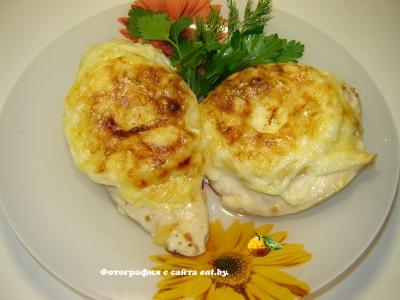 Курица в сыре с ананасом и луком