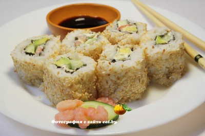 Урамаки-суши с кунжутом и креветками
