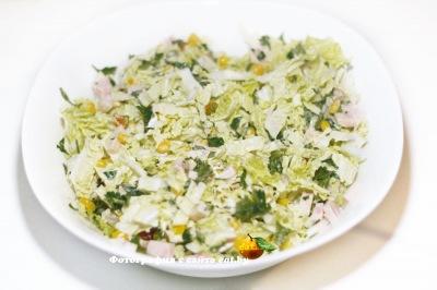 Салат с пекинской капустой, семечками и изюмом