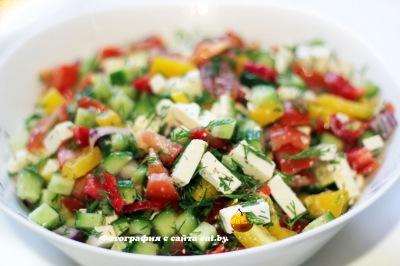 Салат с сыром фета и помидором